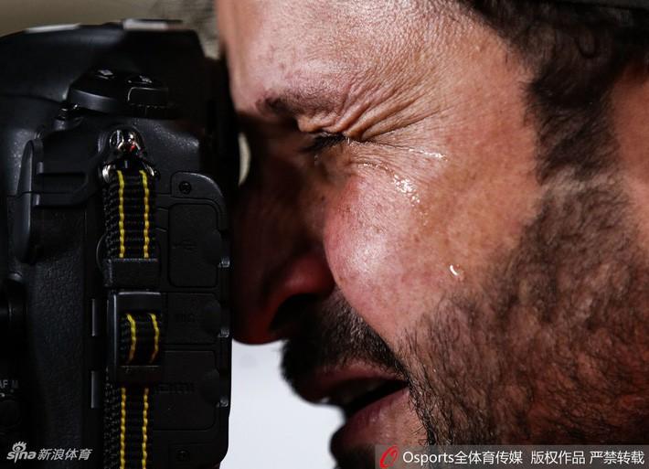 asian cup 2019 - photo 2 15483011039121011881267 - Xúc động hình ảnh phóng viên Iraq bật khóc khi đội nhà thua trận nhưng vẫn nén đau làm nhiệm vụ tại Asian Cup