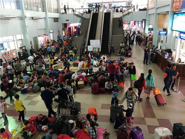 Hàng nghìn người vật vờ ở ga Sài Gòn sau sự cố tàu SE1 trật bánh - Ảnh 1.