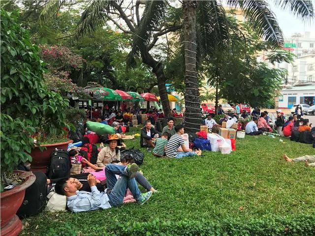 Hàng nghìn người vật vờ ở ga Sài Gòn sau sự cố tàu SE1 trật bánh - Ảnh 2.