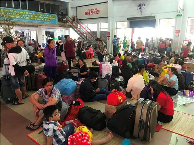Hàng nghìn người vật vờ ở ga Sài Gòn sau sự cố tàu SE1 trật bánh - Ảnh 11.