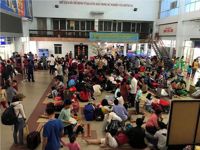 Hàng nghìn người vật vờ ở ga Sài Gòn sau sự cố tàu SE1 trật bánh - Ảnh 12.