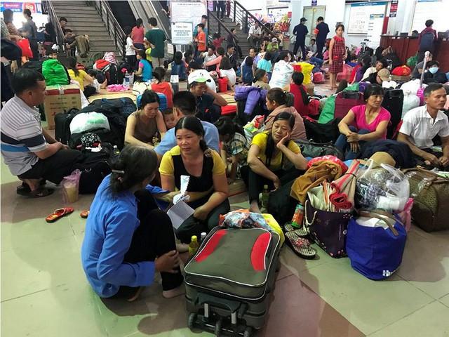 Hàng nghìn người vật vờ ở ga Sài Gòn sau sự cố tàu SE1 trật bánh - Ảnh 13.