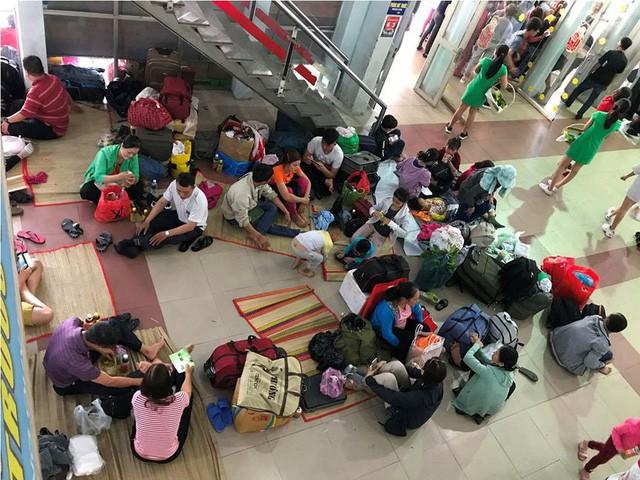 Hàng nghìn người vật vờ ở ga Sài Gòn sau sự cố tàu SE1 trật bánh - Ảnh 4.