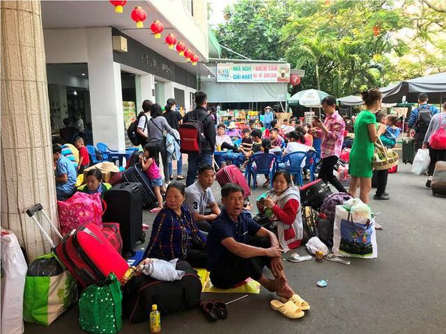 Hàng nghìn người vật vờ ở ga Sài Gòn sau sự cố tàu SE1 trật bánh - Ảnh 5.