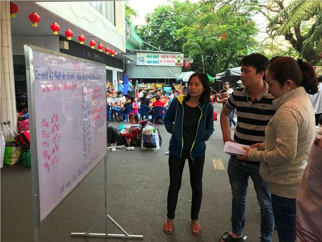 Hàng nghìn người vật vờ ở ga Sài Gòn sau sự cố tàu SE1 trật bánh - Ảnh 7.