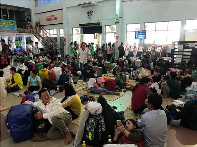 Hàng nghìn người vật vờ ở ga Sài Gòn sau sự cố tàu SE1 trật bánh - Ảnh 8.