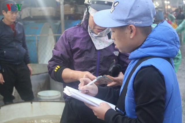 Chợ cá lớn nhất Hà Nội nhộn nhịp trước lễ ông Công ông Táo - Ảnh 10.
