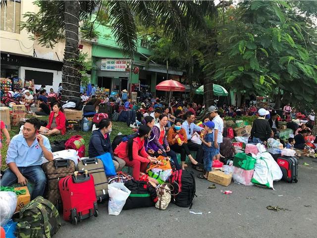 Hàng nghìn người vật vờ ở ga Sài Gòn sau sự cố tàu SE1 trật bánh - Ảnh 9.