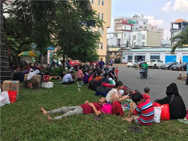 Hàng nghìn người vật vờ ở ga Sài Gòn sau sự cố tàu SE1 trật bánh - Ảnh 10.
