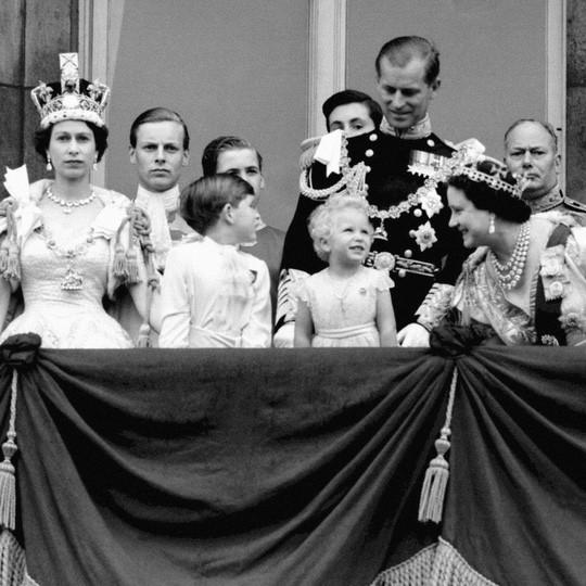 Hai hình ảnh đối lập nhưng dung hoà trong Nữ hoàng Anh: Một người phụ nữ quyền lực và một người bà dịu dàng, bao dung - Ảnh 1.