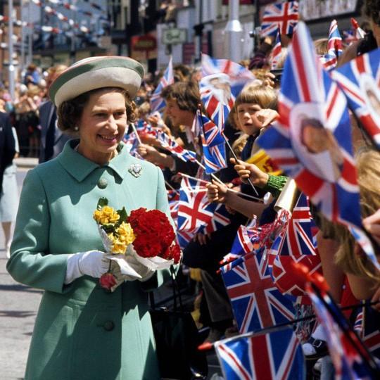 Hai hình ảnh đối lập nhưng dung hoà trong Nữ hoàng Anh: Một người phụ nữ quyền lực và một người bà dịu dàng, bao dung - Ảnh 2.