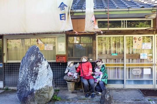 """""""Rùng mình"""" với ngôi làng làm búp bê thế chỗ người chết ở Nhật - Ảnh 15."""