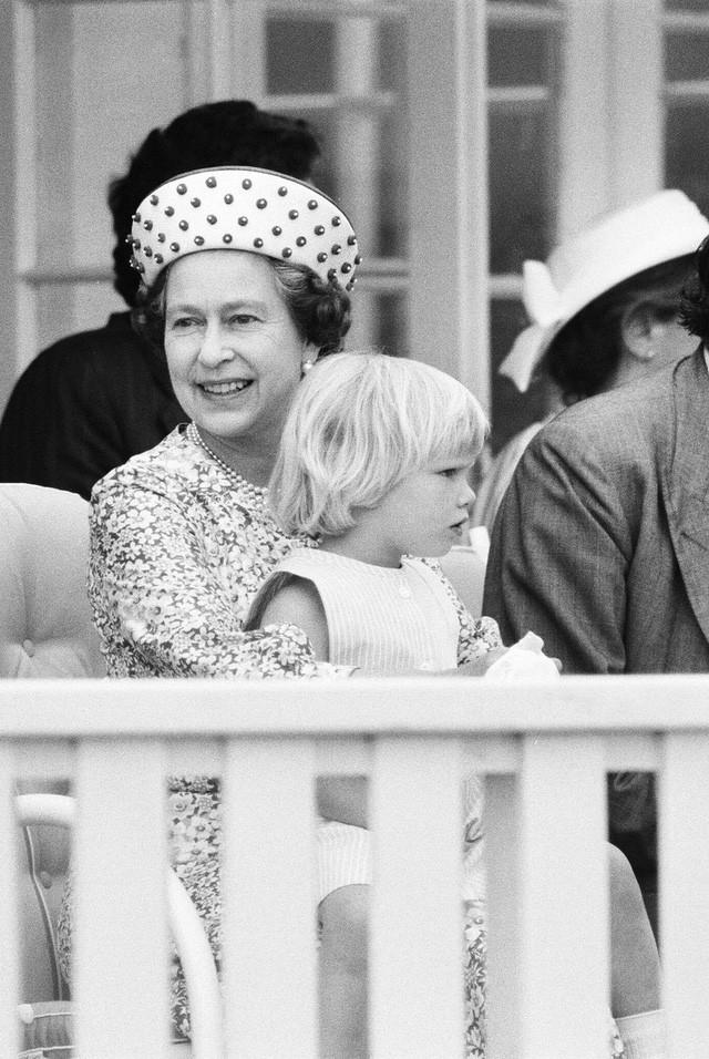 Hai hình ảnh đối lập nhưng dung hoà trong Nữ hoàng Anh: Một người phụ nữ quyền lực và một người bà dịu dàng, bao dung - Ảnh 5.