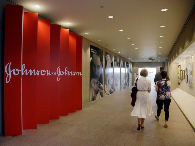 Làm nam giới... tăng tuyến vú, Johnson & Johnson phải bồi thường 8 tỉ USD - Ảnh 1.