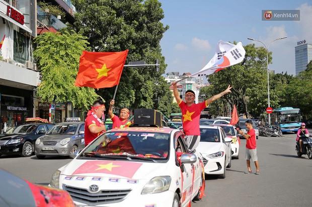Ảnh: Nhiều giờ trước trận cầu kịch tính Việt Nam gặp Malaysia, hàng trăm cổ động viên đã nhuộm đỏ hàng loạt tuyến đường Hà Nội - Ảnh 5.