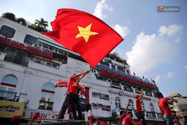Ảnh: Nhiều giờ trước trận cầu kịch tính Việt Nam gặp Malaysia, hàng trăm cổ động viên đã nhuộm đỏ hàng loạt tuyến đường Hà Nội - Ảnh 6.