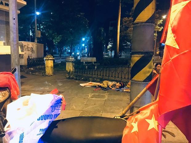 Xót xa hình ảnh bé gái từng gây bão MXH nằm ngủ trên vỉa hè trong đêm vui chiến thắng của ĐT Việt Nam - Ảnh 1.