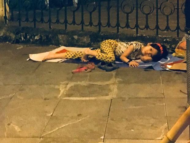 Xót xa hình ảnh bé gái từng gây bão MXH nằm ngủ trên vỉa hè trong đêm vui chiến thắng của ĐT Việt Nam - Ảnh 2.