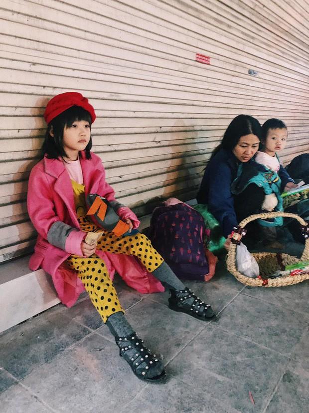 Xót xa hình ảnh bé gái từng gây bão MXH nằm ngủ trên vỉa hè trong đêm vui chiến thắng của ĐT Việt Nam - Ảnh 3.