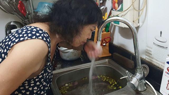 """Vụ nước sạch có mùi lạ: """"Nếu nước dùng dư lượng clo quá mức, người dân có thể phải đối mặt với nguy cơ khó thở, tràn dịch màng phổi"""" - Ảnh 1."""