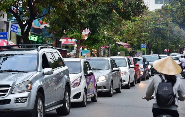 Bất chấp kẹt xe, ngập nước, khu nhà giàu Thảo Điền vẫn ken đặc dự án BĐS - Ảnh 4.