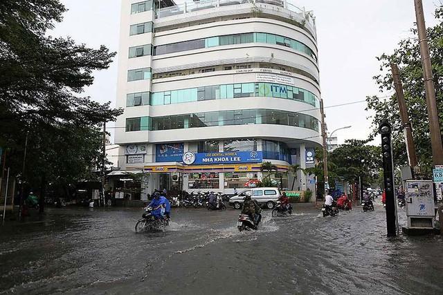 Bất chấp kẹt xe, ngập nước, khu nhà giàu Thảo Điền vẫn ken đặc dự án BĐS - Ảnh 5.