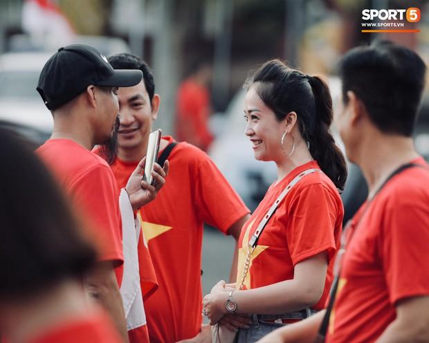 Chủ nhà Indonesia đặt hoa cúng trên sân vận động ngay trước giờ đấu tuyển Việt Nam - Ảnh 4.
