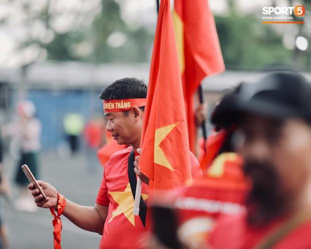 Chủ nhà Indonesia đặt hoa cúng trên sân vận động ngay trước giờ đấu tuyển Việt Nam - Ảnh 5.
