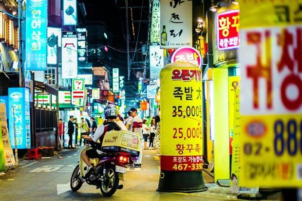Khắc nghiệt nghề shipper tại Hàn Quốc, tiềm ẩn nguy cơ chết người - Ảnh 1.
