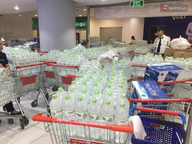 Ảnh: Lo lắng nước sinh hoạt nhiễm hóa chất, người Hà Nội xếp hàng dài, chi tiền triệu để mua nước khoáng đóng chai - Ảnh 1.