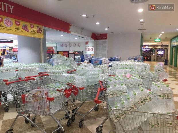 Ảnh: Lo lắng nước sinh hoạt nhiễm hóa chất, người Hà Nội xếp hàng dài, chi tiền triệu để mua nước khoáng đóng chai - Ảnh 2.