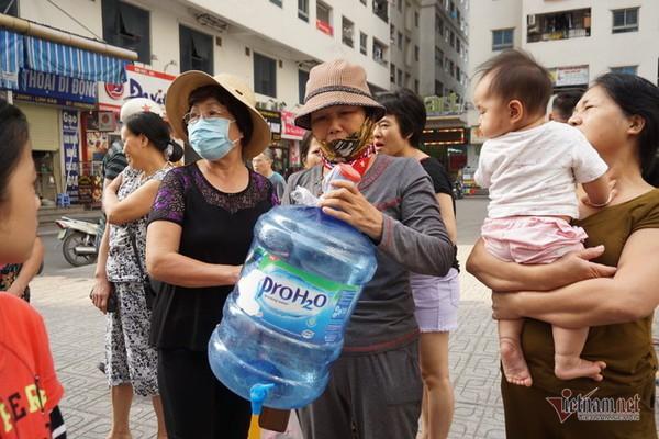 Nước sạch tiếp tế đến khu HH Linh Đàm có mùi tanh, màu lạ - Ảnh 2.
