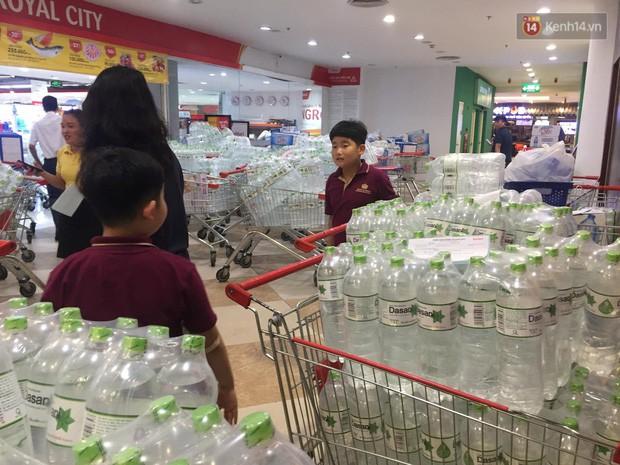 Ảnh: Lo lắng nước sinh hoạt nhiễm hóa chất, người Hà Nội xếp hàng dài, chi tiền triệu để mua nước khoáng đóng chai - Ảnh 3.