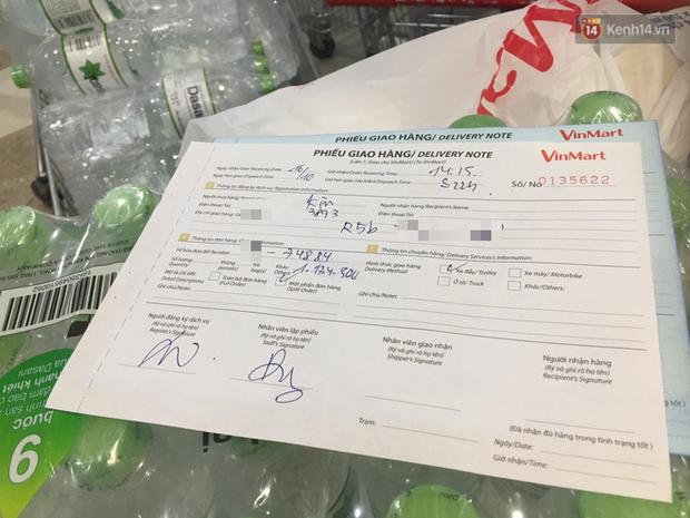 Ảnh: Lo lắng nước sinh hoạt nhiễm hóa chất, người Hà Nội xếp hàng dài, chi tiền triệu để mua nước khoáng đóng chai - Ảnh 5.