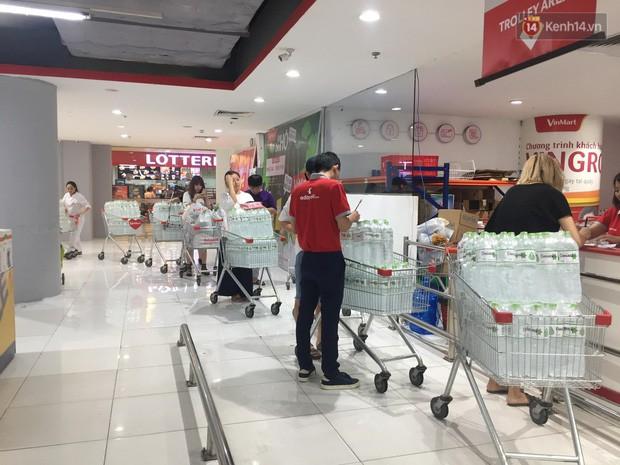 Ảnh: Lo lắng nước sinh hoạt nhiễm hóa chất, người Hà Nội xếp hàng dài, chi tiền triệu để mua nước khoáng đóng chai - Ảnh 6.