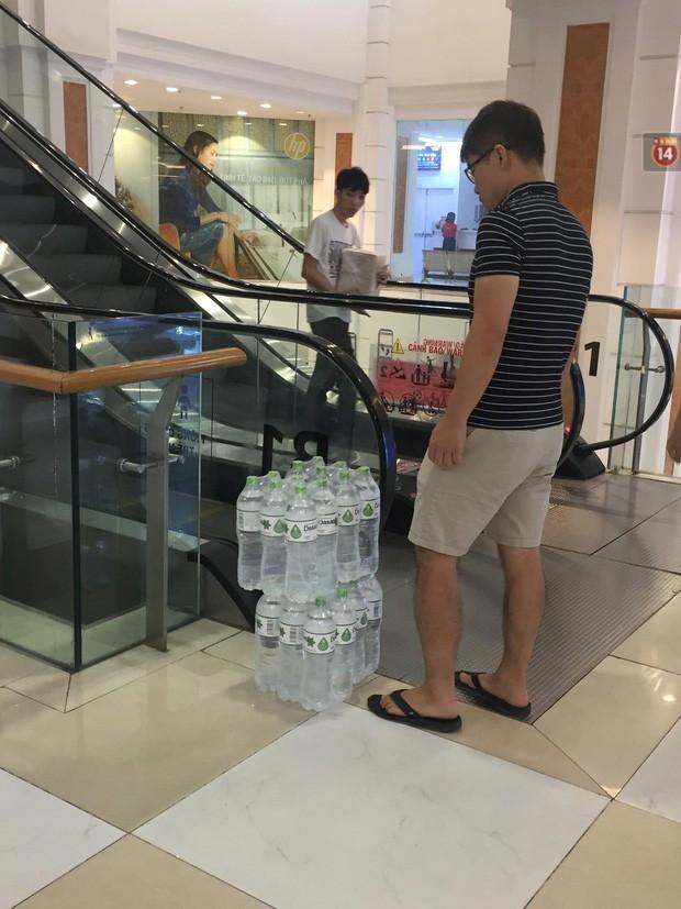 Ảnh: Lo lắng nước sinh hoạt nhiễm hóa chất, người Hà Nội xếp hàng dài, chi tiền triệu để mua nước khoáng đóng chai - Ảnh 7.