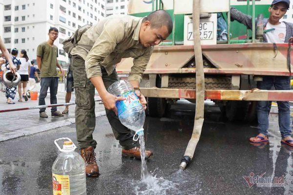 Nước sạch tiếp tế đến khu HH Linh Đàm có mùi tanh, màu lạ - Ảnh 9.
