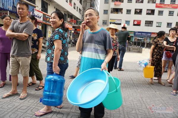 Nước sạch tiếp tế đến khu HH Linh Đàm có mùi tanh, màu lạ - Ảnh 10.