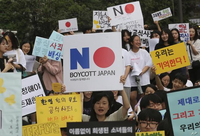 Thế khó của người tiêu dùng Hàn Quốc giữa cơn bão thương chiến: Đặt vé máy bay sang Nhật Bản để mua sắm, lén lút vào cửa hàng đồ Nhật vì sợ bị chỉ trích - Ảnh 2.