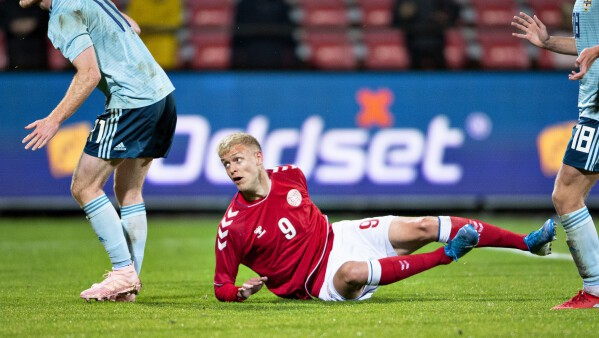Phía sau niềm vui chiến thắng, Đoàn Văn Hậu là cầu thủ vất vả nhất SC Heerenveen - Ảnh 2.