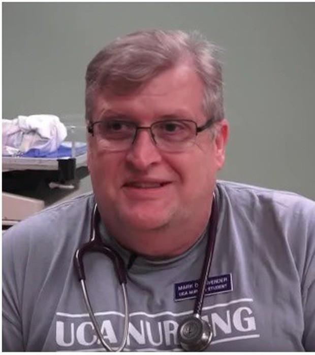 Vợ chết vì ung thư, người đàn ông quyết tâm trở thành sinh viên dược ở tuổi 54 - Ảnh 1.
