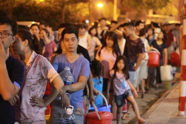 Hi hữu thiếu nước sạch ở Hà Nội: Người dân múc nước bể bơi về dùng, rồng rắn xếp hàng như thời bao cấp  - Ảnh 1.