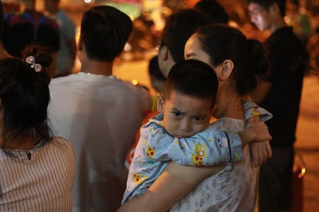 Hi hữu thiếu nước sạch ở Hà Nội: Người dân múc nước bể bơi về dùng, rồng rắn xếp hàng như thời bao cấp  - Ảnh 2.
