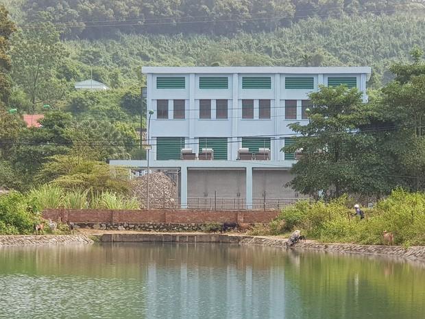 Trâu đằm suối, bò, dê uống nước kênh dẫn vào nhà máy nước sạch sông Đà - Ảnh 2.