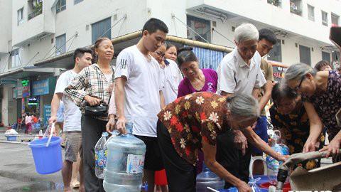 Nước sạch được cấp lại, dân vẫn kéo đi mua nước đóng chai về dùng - Ảnh 12.