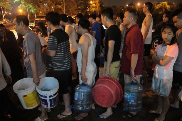 Hi hữu thiếu nước sạch ở Hà Nội: Người dân múc nước bể bơi về dùng, rồng rắn xếp hàng như thời bao cấp - Ảnh 3.