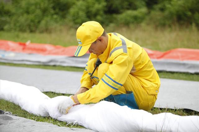 Cty nước Sông Đà lắp lưới lọc dầu sau 1 tuần xảy ra sự cố đổ trộm dầu thải - Ảnh 1.
