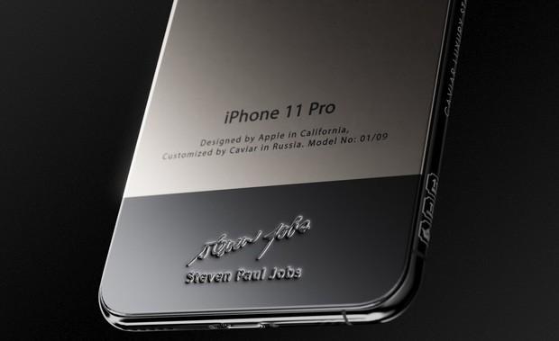 Bản iPhone 11 chỉ dành cho ai sinh ra ở vạch đích: Full giáp titan, đính vải áo len của Steve Jobs, giá 225 triệu - Ảnh 2.