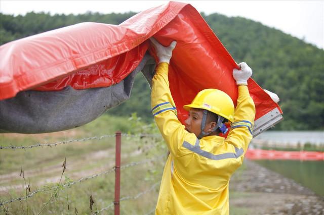 Cty nước Sông Đà lắp lưới lọc dầu sau 1 tuần xảy ra sự cố đổ trộm dầu thải - Ảnh 4.