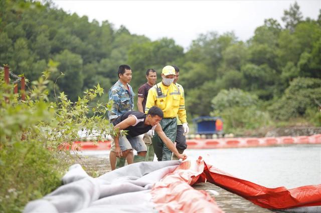 Cty nước Sông Đà lắp lưới lọc dầu sau 1 tuần xảy ra sự cố đổ trộm dầu thải - Ảnh 5.